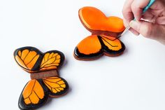 Simple butterfly cookies – step by step tutorial on how to decorate sugar cookies with royal icing www. Summer Cookies, Fancy Cookies, Iced Cookies, Cute Cookies, Royal Icing Cookies, Cookies Et Biscuits, Cupcake Cookies, Easter Cookies, Cookie Favors