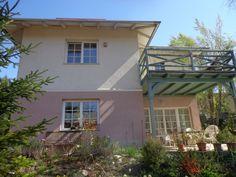 Remeteszőlős kellemes utcájában eladó egy 900nm-es telekre épült 3 szintes családi ház. A település nem rég lett önálló, Nagykovácsitól vált le. Határos Budapesttel, a Budai-hegység mészkő-és dolomithegyei között fekszik, a völgyben hosszan elnyúló település két oldalát kíséri az Ördögárok-patak, és a fölé magasodó Remete-hegy.  A ház 2008-ban épült minőségi építőanyagokból, 44-es porothert téglából, porotherm födémmel.  A kiváló elosztású házban a szuterén szinten tárolók és egy finn szauna…