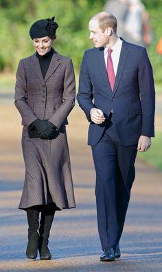 Prinz William + Kate Middleton: Januar 2016 Catherine und Wiliam nehmen an einem Gedenkgottesdienst zum Weltkriegende in der Kirche von Sandringham teil - die liegt ja direkt vor ihrer Haustür. Doch mit ihnen ist nciht nur die königliche Familie vor Ort, sondern auch Kates Familie - Pippa und ihre Eltern - kommen in die Kirche. So wird aus einem Haken im Terminkalender gleich ein kleines Familientreffen.