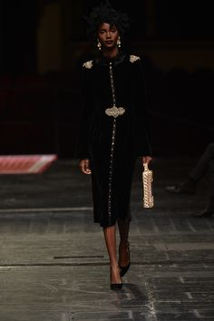Une jupe droite boutonnée comme sur le Défilé Dolce & Gabbana Alta Moda Haute Couture printemps-été 2016