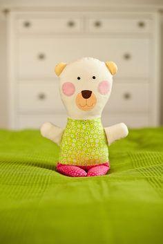 """Medvedica Ľubica Textilný medvedík """"kucinko"""" je ušitý zo 100% bavlnených dizajnérskych látok. Výplň tvorí polyesterové makké rúno-gulicky, vdaka ktorým je medvedík krásne makkucky a nadýchaný ako obláčik. Oči sú plastové bezpečnostné, ostatné prvky na """"tvári"""" sú vyšívané. Mdvedík sa môže prať šetrným praním pri teplote do 40stup. Autorský dizajn Eva ..."""