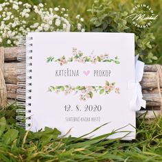 Album do kterého mohou Vaši svatební hosté zapsat své dojmy, pocity z Vaší svatby a přání do Vašeho života. Nádherná vzpomínka, kterou budete i po letech rádi pročítat.   Kniha je tvořena 40 ks vnitřních bílých listů (80 stran) o vysoké gramáži 220gms.  Jednotlivé listy jsou spojeny kvalitní kroužkovou vazbou v pevných knižních deskách.  Každá kniha je osobní, protože obsahuje Vaše jména a datum svatby.  Rozměr 20,3x20,3 cm. Place Cards, Place Card Holders, Books, Libros, Book, Book Illustrations, Libri