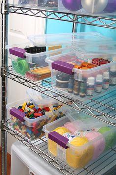 ¡Cada cosa en su lugar! Evita extraviar tus pertenencias con cajas plásticas.