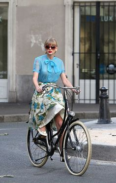 Taylor Swift in blue