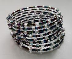 Irizáló kék és ezüst színű gyöngyből fűzött memóriadrótos karkötő.