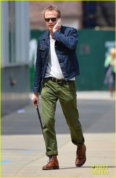 Green Chinos Men, Olive Chinos, Stylish Men, Men Casual, Casual Outfits, Olive Green Pants Outfit, Chinos Men Outfit, Paul Bettany, Layered Fashion