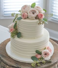 Beautiful simply styled wedding cake with fresh flowers || Worthing Court