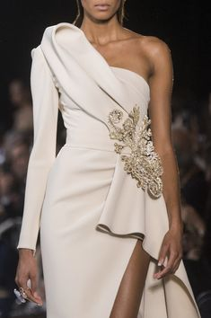 Elie Saab Couture Spring 2019 Fashion Show Details. Designer looks from the Spring 2019 Couture runway shows from Paris Couture Fashion Week Elie Saab Couture, Look Fashion, Runway Fashion, Fashion Show, Fashion Design, Fashion Pics, Couture Dresses, Fashion Dresses, Elie Saab Printemps