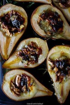Roasted pears with walnuts, gorgonzola and honey Raw Food Recipes, Appetizer Recipes, Dessert Recipes, Cooking Recipes, Good Food, Yummy Food, Mezze, Healthy Cooking, Food Inspiration
