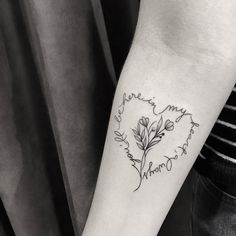 Tatuagem delicada criada por Pink Becker.  #tattoo #tatuagem #art #arte #delicada #fofa #sweet #escrita #coracao #flores