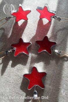 Réalisation [ Fait-Main ] avec du fil aluminium anodisé Argent et résine. Une étoile au coeur Rouge de résine translucide, scintillante de micas. Il suffit d'en avoir quelques unes, avec quelques autres versions de décos festives, pour orner magnifiquement et tout en délicatesse le sapin de Noël. Cufflinks, Fir Tree, Wall Art, Fantasy, Handmade, Silver, Red, Jewerly, Wedding Cufflinks