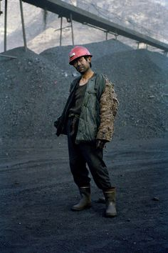 Ian Teh Photography / Worker in a small coal mine. China has a total of 28,000 coal mines, 24,000 of them are small ones. Small coal mines are the ones that have the worst safety record. The economy has been developing rapidly and does not have enough electricity to power its economic boom. Given this huge need for power and the existence of so many small private coal mines there are huge problems in regulating the industry. Datong, China.