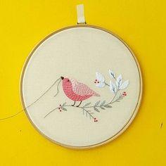Oii segunda!! Sempre quis fazer uma combinação de quadrinhos com fio... #Creative #instaartist #crudistore #craft #handmade #embroidery #crossstitch #sew #art #cute #pretty #designs #artwork #funny #bordado #feitoamao #handembroidery #brasil #bordadoamao #bordadolivre #artesanal #bird #passarinho #babyroom #broderie