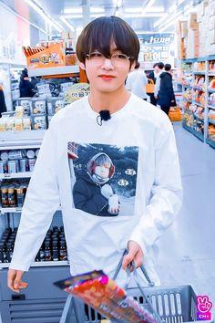 ok imagine this You and taehyung grocery shopping as a couple Foto Bts, Bts Photo, Jimin, Bts Bangtan Boy, Daegu, Bts Stage, Kpop, V Bts Cute, V Bts Wallpaper