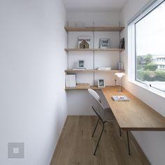 窓から見える景色で季節を感じ、陽の傾きで時を感じる静かな空間。暮らし | 北欧 | 静岡 | 一級建築士事務所 | 狭小住宅 | 新築 | デザイン住宅 | 3階建て | 二世帯住宅 | 家 | HACOIE | HACO | シンプルハウス | チェア | 書斎 | 家具 Home Office, Tiny Office, Home Renovation, Room Inspiration, Corner Desk, Decoration, New Homes, House Design, Living Room