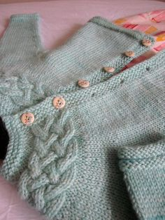 Romane is a first name used in France for little girls. Roman is a first name used in the UK for little boys. Yet, both names are pronounced exactly the same. Maybe Romane and Roman could share their cardigan…Romane and Roman Knitting pattern by Au Kids Knitting Patterns, Baby Cardigan Knitting Pattern, Knitting For Kids, Baby Patterns, Crochet Baby, Knit Crochet, Knit Baby Sweaters, Yarn Brands, Mantel
