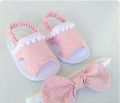 Kit para menina - Her Crochet Baby Doll Shoes, Felt Baby Shoes, Cute Baby Shoes, Doll Shoe Patterns, Baby Shoes Pattern, Baby Dress Patterns, Little Girl Shoes, Girls Shoes, Baby Sewing Projects
