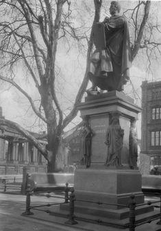 Denkmal Friedrich Schinkels auf dem Schinkelplatz. Am linken Bildrand ist das Stadtschloß und am rechten die Schinkelche Bauakademie zu sehen. Berlin, 1900. o.p.