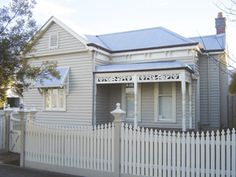 - Edwardian Weatherboard House with Light Grey Facade, White Trim, Iron Roof & matching Front Picket Fence. Exterior Color Schemes, Exterior House Colors, Exterior Design, Exterior Paint, Cottage Design, House Design, Edwardian Haus, Weatherboard Exterior, For Elise