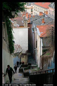 Las personas que suben las escaleras de la colina de Fourvière.  Lyon, Francia