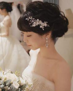 結婚式の花嫁髪型<2018年最新版>ヘアスタイル別アレンジ画像まとめ | みんなのウェディングニュース Korean Bride, Bangs Updo, Wedding Accessories, Bridal Hair, Wedding Hairstyles, Wedding Photos, Wedding Planning, Hair Makeup, Wedding Dresses