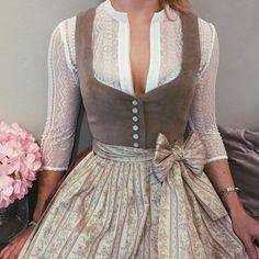 Bluse Resi 💕 und Dirndl Janni Pale Blush 🌸 s… Vintage Dresses, Vintage Outfits, Vintage Fashion, Modern Victorian Fashion, Costume Roi, Costumes, Lady Like, Dirndl Dress, Dress Me Up