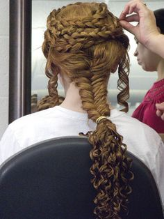 The intricate hairstyles of the caryatids on the Erechtheion temple in Athens were recreated on the heads of six Fairfield University students. This is SO pretty!