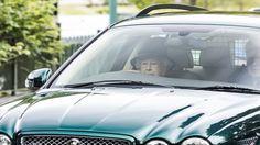 英國白金漢宮上周宣佈95歲皇夫菲臘親王即將退休,但女皇看來無意退下來,周日更被人拍到她親自開車,由教...