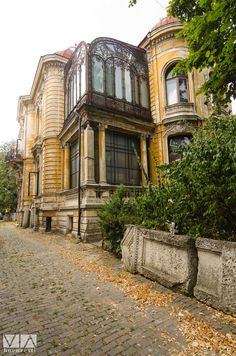Casa Macca, Bucharest Art Nouveau, Art Deco, Beautiful Castles, Beautiful Buildings, Travel Around The World, Around The Worlds, Bucharest Romania, Shopping Street, Laundry Hacks