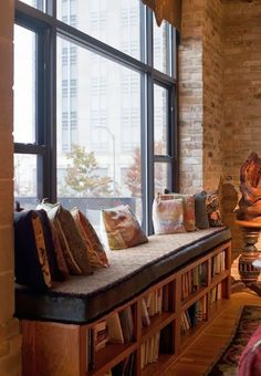 Lovely window seat ideas here. All the pillows in this one make me instantly dream of tea and a good book. HOME AND GARDEN: 30 idées pour aménager un coin sous la fenêtre Window Benches, Window Seats, Window Sill, Sweet Home, Living Spaces, Living Room, Small Living, Home And Deco, Style At Home