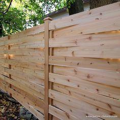 """Béton, poussière de pierre ou pieux de métal de type """"spike""""? Quel type d'ancrage choisir pour vos poteaux de clôture en bois?"""