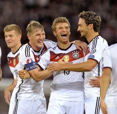 Schluss in Glasgow! 3:2 gewinnt das DFB-Team (Die Mannschaft) in Schottland - auch dank zweier Tore und einem Assist von Thomas Müller. Drei ganz wichtige Punkte auf dem Weg zur EM 2016 in Frankreich!