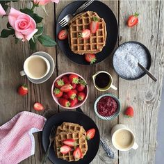 Waffles make me happy!!💕 Off to visit old friends and even older  castles today! Trying to fit in as much as we can whilst we're here in the uk..Then tonight im getting together with school friends I haven't seen in over 20yrs!!!😱 Going to be fun!!!🙋🏼 Wishing you all a beautiful day/eve  Love Chloe Xxxxxxx  #waffles #breakfast #chia #berries #cookit #dessert #beautifulcuisines #plantbased #eeeeeats #eattherainbow #eatwell #foodstyling #foodshare #healthy  #kitchenlife #nourish…