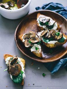 Pequeno-almoço com pão com cogumelos e queijo
