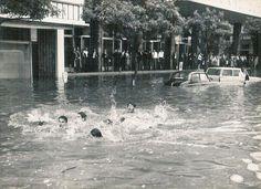 """Em frente à Casa Coimbra e à Sede do Banco NacionalUltramarino (actualmente a Sede do Banco de Moçambique).Inundações na baixa devido ao """"Claude"""" em 1966"""