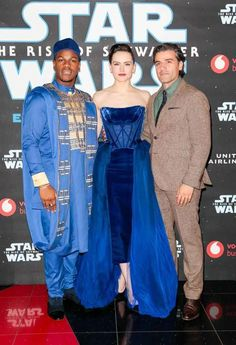 """John Boyega, Daisy Ridley and Oscar Isaac attend the European premiere of """"Star Wars: The Rise of Skywalker"""" at Cineworld Leicester Square December 2019 in London, UK – DAPS MAGIC Celebrity Pictures, Girl Pictures, Girl Pics, John Boyega Daisy Ridley, Hollywood Movies 2018, Daisy Ridley Star Wars, Oscar Gowns, Star Wars Cast, Tv Shows Funny"""