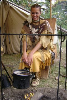 Cooking by campfire Native American Clothing, Native American Pictures, Native American Beauty, Native American Indians, Native Americans, Cheyenne Indians, Plains Indians, Mountain Man Rendezvous, Woodland Indians