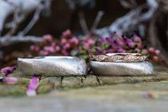 Platin und Roségold mit Brillanten - Eheringe im Vintage Stil und dazu außerordentlich bequem.  Lust auf Individualität? Kommt vorbei, wir fertigen auch für euch eure einzigartigen Trauringe an.  #gänsehautlügtnicht Vintage Stil, Rings For Men, Gold, Jewelry, Unique Wedding Rings, Men Rings, Handmade, Jewels, Schmuck
