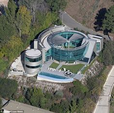Justin Bieber 'crams' into his new Beverly Hills home Celebrity Mansions, Celebrity Houses, Futuristic Architecture, Amazing Architecture, Classical Architecture, Justin Bieber House, Beverly Hills Houses, Dream Mansion, Luxury Homes Dream Houses