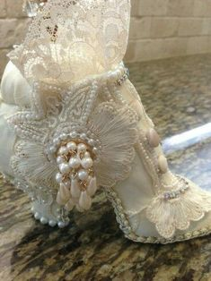 This will be my new pin cushion. Shabby Chic Crafts, Shabby Chic Style, Vintage Boots, Vintage Outfits, Viktorianischer Steampunk, Muses Shoes, Victorian Crafts, Fairy Shoes, Victorian Shoes