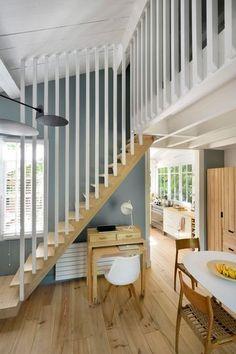 Le bois repeint en blanc donne un coup de fraîcheur à l'escalier et la mezzanine de cette maison. Plus de photos sur Côté Maison. http://petitlien.fr/7fce:
