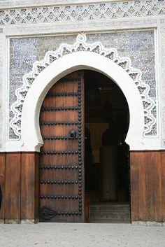 The perfect arch Moroccan gebs & woodwork Mughal Architecture, Beautiful Architecture, Architecture Details, Cool Doors, Unique Doors, Entrance Doors, Doorway, Portal, Agadir