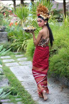 Bali Lady by Bali Floating Leaf Eco-Retreat. Bali Lady by Bali Floating Leaf Eco-Retreat. We Are The World, People Around The World, Style Bali, Photo Portrait, Beauty Around The World, Bali Fashion, Denpasar, Folk Costume, Costumes