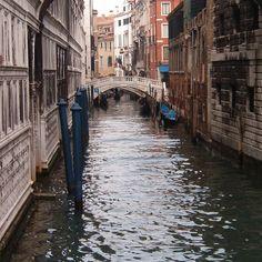 I canali di Venezia 2003: una città magnifica e indimenticabile che ogni persona dovrebbe vedere almeno una volta nella vita. Io l'ho fatto un po' di anni fa e condivido ora le foto che feci con voi. Spero che gradirete :-) #venice #venezia #igersvenezia #igersveneto #ig_italy #ig_italia #italian_places #italian_trips #ig_europe #ig_europa #people_and_world #kings_villages #ig_shotz_cities #urbanromantix #beststreets #vscoauthentic #vscogoodshot #vscogood_ #rsa_vsco #shotaward…