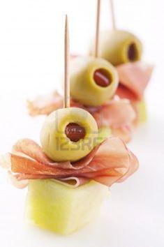 tapa  de jamón con aceitunas y queso