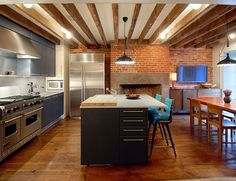 This stylish apartment located in the West Village of New York belongs to Hollywood actress Julianne Moore. Celebrity Houses, Stylish Apartment, Kitchen Lighting Design, Celebrity Kitchens, Kitchen Design, West Village Townhouse, Cool Kitchens, Kitchen Renovation, Eat In Kitchen
