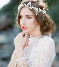 Gyönyörű gyöngyös esküvői fejdísz vagy tiara. Megkötős, jól rögzíthető, formálható. Teljesen új, nem használt. https://www.jofogas.hu/budapest/Gyongyos_menyasszonyi_hajdisz_74733159.htm