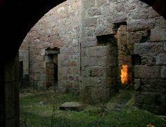 """Slains ~ Scotish Highlands: Erigido en 1597, esta es una de las más famosas ruinas del castillo en Escocia, y fue utilizado por Bram Stoker como la inspiración para el castillo del malvado vampiro en su más famoso cuento sobrenatural """"Drácula""""."""