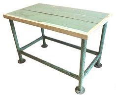 Stoere groene industriële tafel, met stalen frame.Geschikt als kleine eettafel, minibar, of keukenblok. Voor in de keuken of man cave.€ 175,-