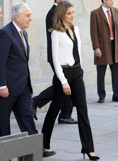 Working. Absolutamente perfecta esta blusa bicolor blanca ribeteada en negro que combinó con pantalones de pinzas negros y elegantes salones con tacón de aguja.